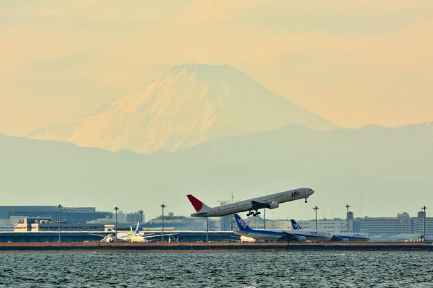 羽田沖から富士山を望む(JAL BOEING777)