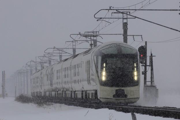 冬の津軽平野を走る四季島