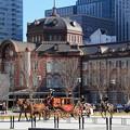 写真: 華やかな儀装馬車が通る丸の内駅前広場
