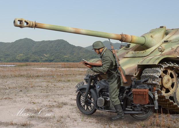 ヤークトパンターとオートバイ兵