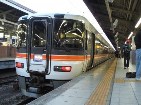 名古屋に到着、ここで後ろの3両が切り離される