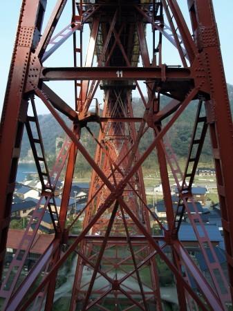 橋を横から見ると骨組みの様子がよくわかる