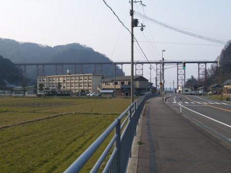 橋と町のようす