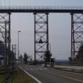 Photos: 45 橋の下には道路が交差しており、車が米粒のように見える
