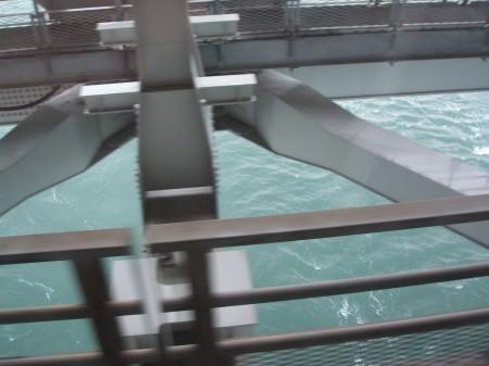 橋の下には海が見える