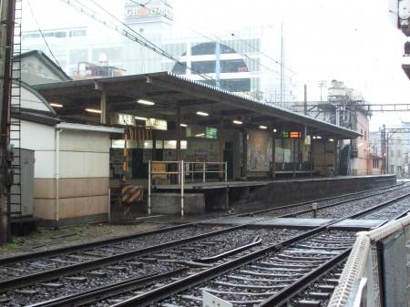 片原町は2面2線、この日四国では雨風が強かった