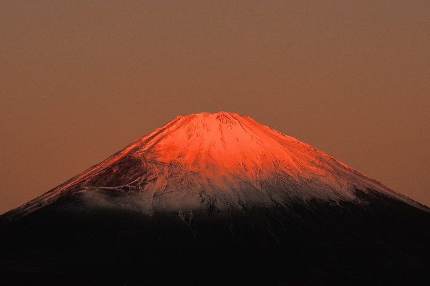 見わたせば 雲居はるかに 雪白し 富士の高嶺の あけぼのの空
