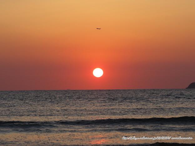 0165 夕陽と飛行機と島