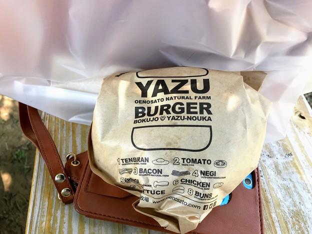 洒落たYAZUバーガーのパッケージ