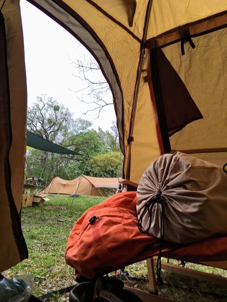 雨音で目覚めたキャンプの朝