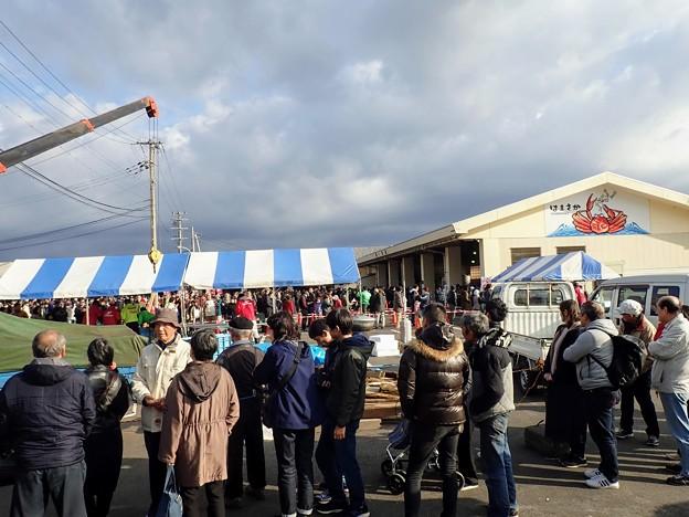 Photos: 茹でカニを買う人の列(9時前)