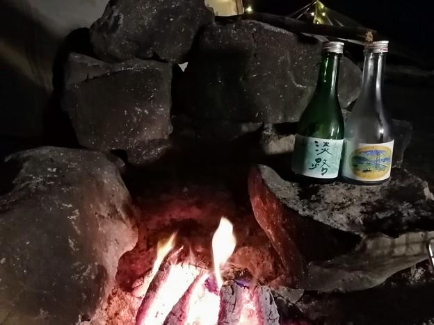 焚火にあたりながら地酒