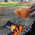 焚火でクロワッサンをひと炙り