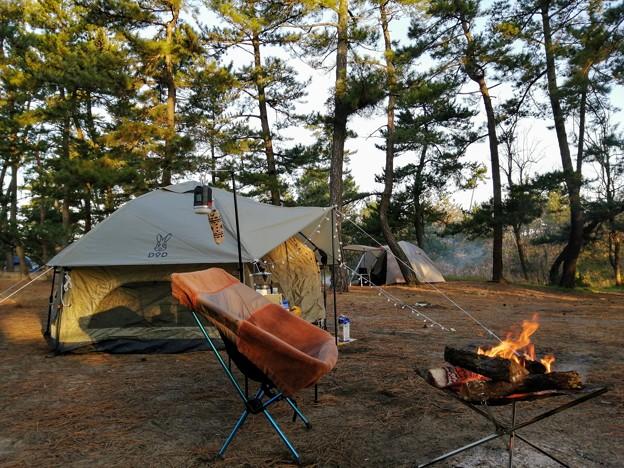 Photos: 焚火で温かい朝