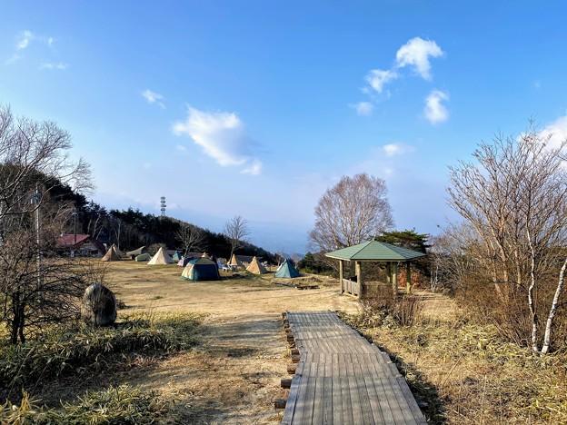 陣馬形山 山頂からのキャンプ場
