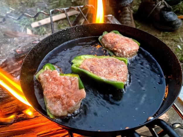 キャンプ飯にピーマンの肉詰め
