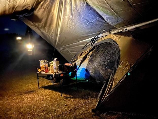 タープの中に小さいテントを設営
