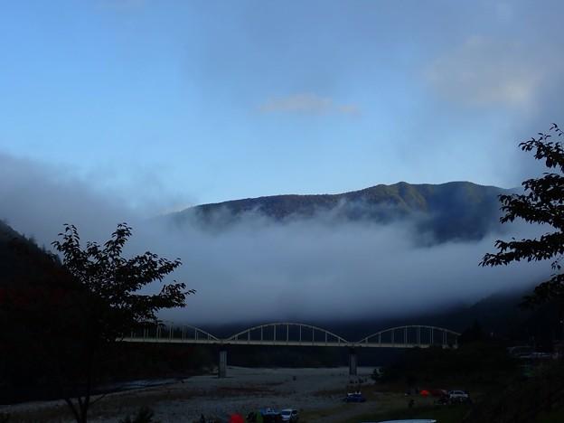 雲海の下で迎える朝