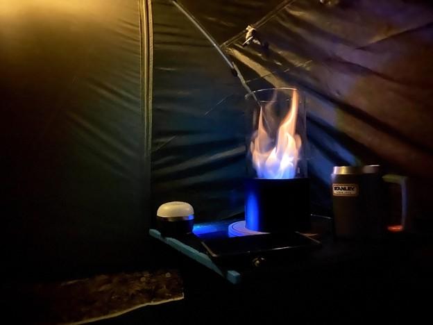 Photos: 暖炉でテントはホカホカ