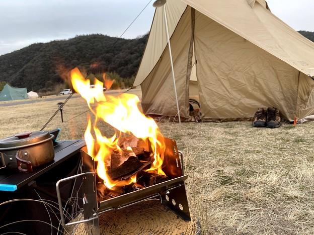 ソロ焚火台で暖を取る