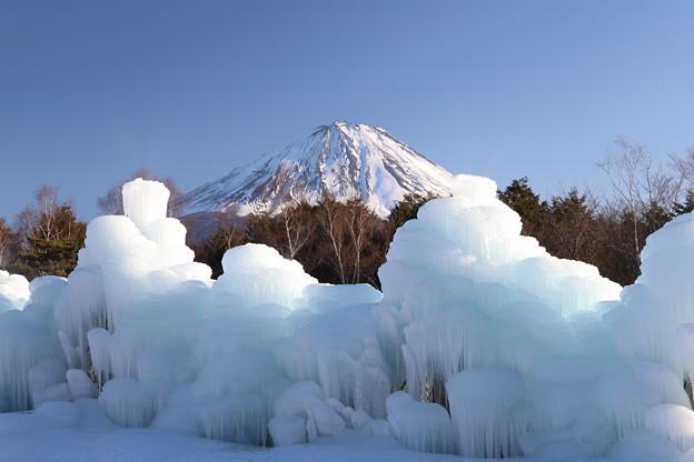 冬の富士に氷を添えて