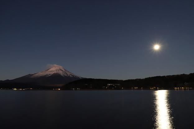 十六夜の月に照らされ