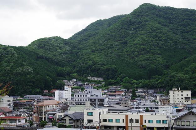 「山間の街」