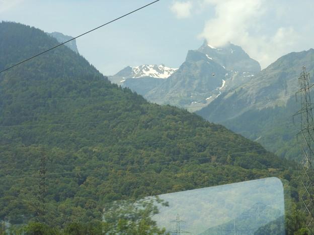 スイスの鉄道の車窓から~雪の残る高い山