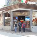写真: スイス・チョコレートのリンツ本店