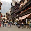 写真: スイス・ツェルマットの駅前通り