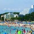 写真: 毎年多くの観光客が海水浴に訪れる