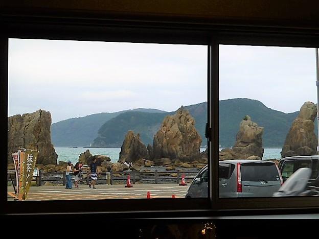 店内から橋杭岩が眺められる