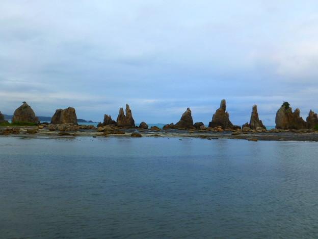 直線上に岩が立ち並ぶ橋杭岩  橋杭漁港より