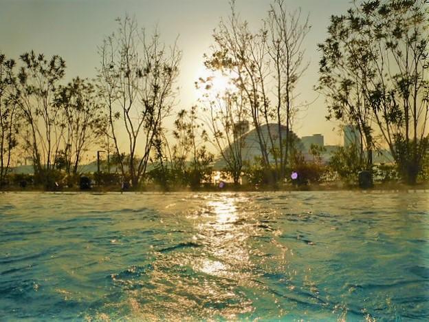 夕日が水面に映る