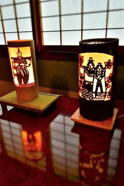 ひな人形の絵柄の竹灯籠