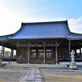 写真: 大きな屋根が特徴の弘誓寺 本堂