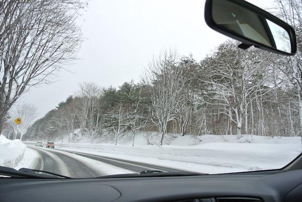 雪景色の中を家内と二人でドライブ