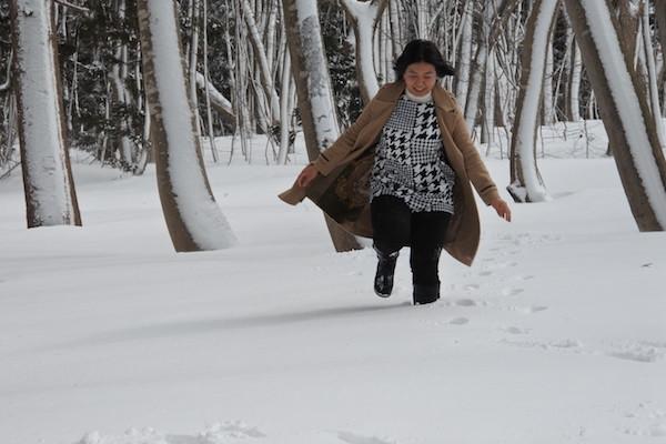 新雪の中に入って遊ぶ家内