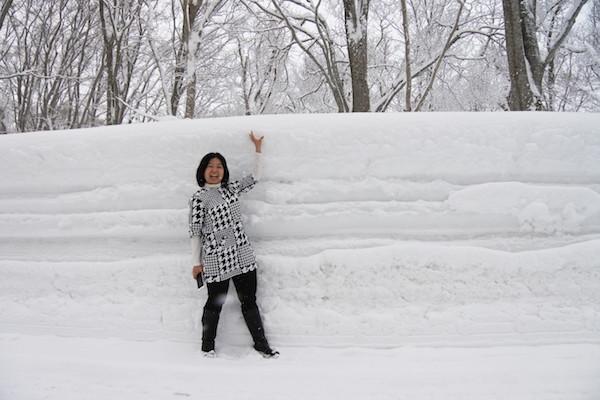 雪の壁は身長超えで家内のテンションもアップ