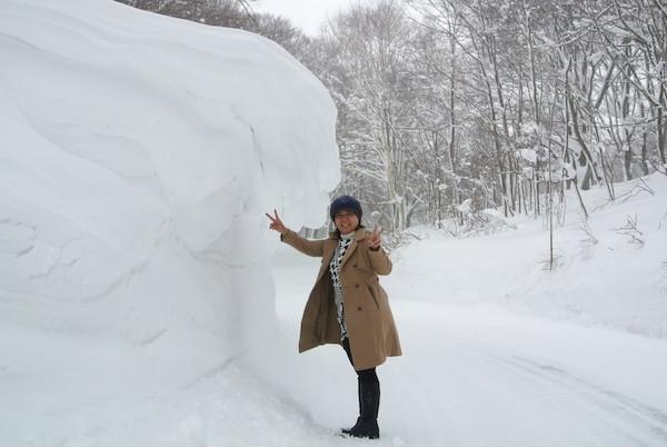 風のためか、除雪された壁を超えて積もる雪
