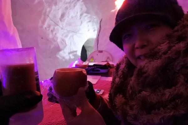 かまくらバーで氷のグラスとりんごの器で乾杯