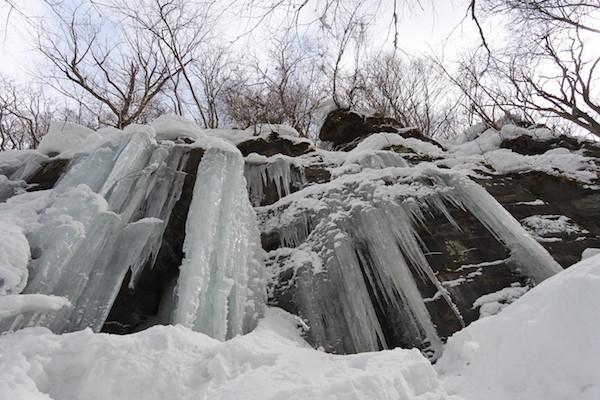 まるで氷瀑(凍った滝)の様な氷柱(ツララ)