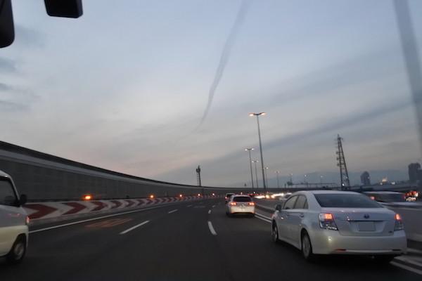 黄昏時の阪神高速で向かった先は神戸ボディーショップさん。