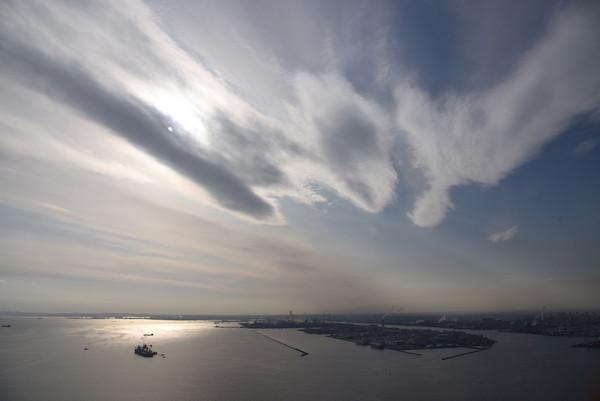 羽田への着陸直前、流れるような雲と夕日に輝く海と東扇島