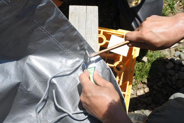 固定用の穴開け&ハトメ加工