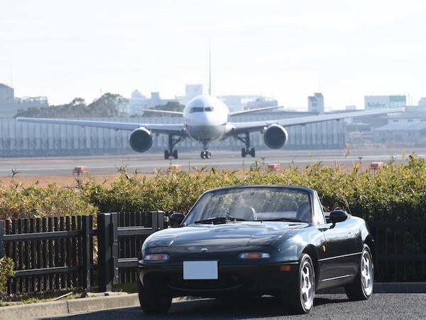 飛行機とロードスターの写真