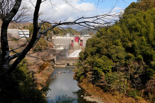鏡ダムの放水