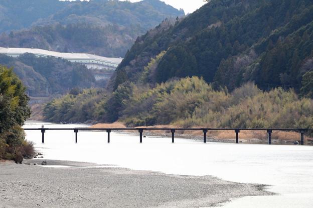 名越屋沈下橋を徒歩で二人が・・。