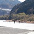Photos: 名越屋沈下橋を徒歩で二人が・・。