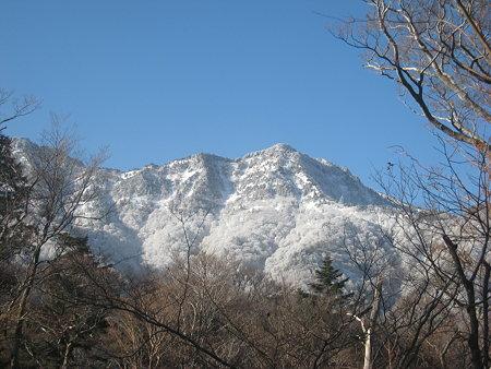 八丁の下り途中に見えてきた石鎚山
